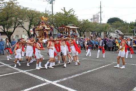 例祭の大人神輿(本社駐車場)